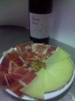 plato de jamon y queso servido con vino Roques de Benet en el restaurante la Era